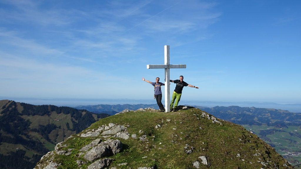 Gipfelkreuz auf der Schwändiliflue, 1796m. Felice und Chregu. 1.11.2017