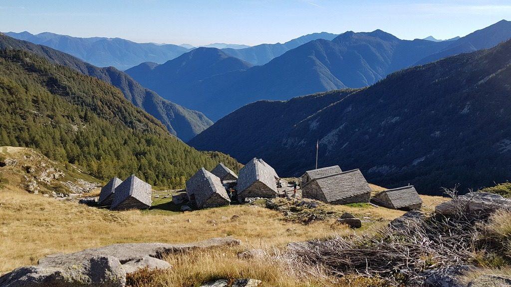 Die Hütten auf der Alpe Spluga an der Via Alta Vallemaggia. 3.10.2018