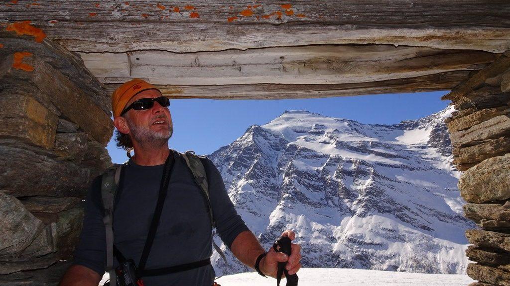 Didi in einer eingestürzten Alphütte auf La Buffaz im Aufstieg zur Ouille Allegra. Haute Maurienne, F. 24.3.2019