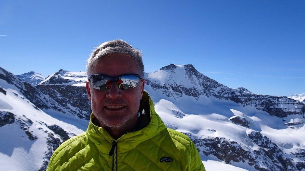 Chregu auf dem Gipfel der Pointe Tonini mit dem Albaron im Hintergrund. Haute Maurienne, F. 27.3.2019