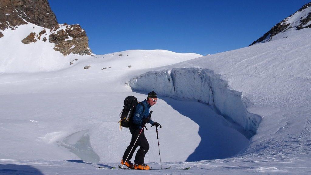 Im Aufstieg zum Col du Grand Méan mit dem Gletschersee des Glacier du Grand Méan. Jürg. Haute Maurienne, F 28.3.2019