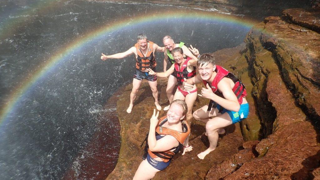 Felicitas, Alicia, Aurelio, Jürg und Chregu unter dem Wasserfall (Cachoeira) do Burracão. 24.7.2019