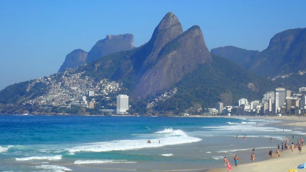 Morro Dois Irmãos vom Ipanema-Strand in Rio de Janeiro aus gesehen. 31.7.2019