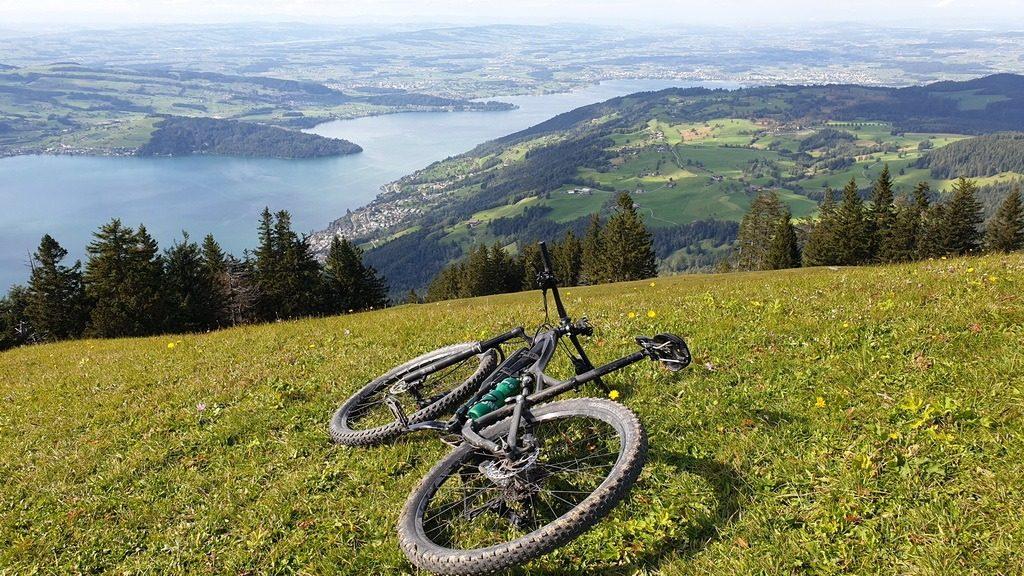 Mein Bike liegt auf dem Gnipen (Rossberg) ZG. Blick auf Zugersee und Zugerberg. 27.9.2019