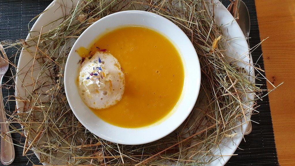 Eine Kartoffel-Kürbis Suppe, serviert auf Bergheu. Restauran Il Mulin in Morissen GR. 28.9.2019