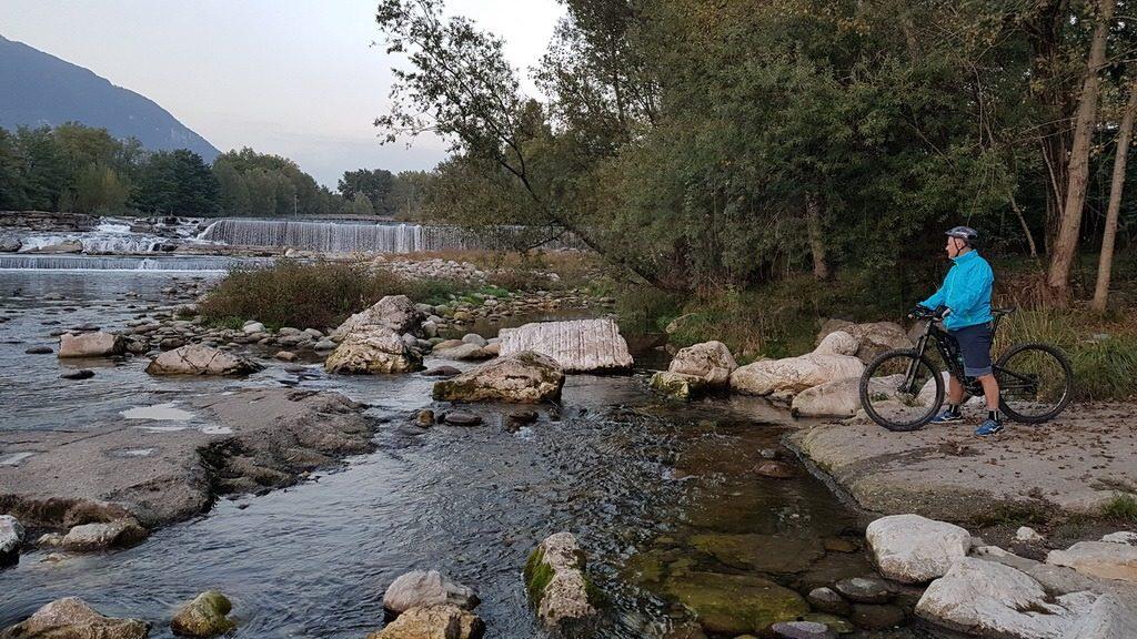 Der Fiume Serio entwässert das Val Seriana. Bergamo, Lombardei, Italien. 8.10.2019