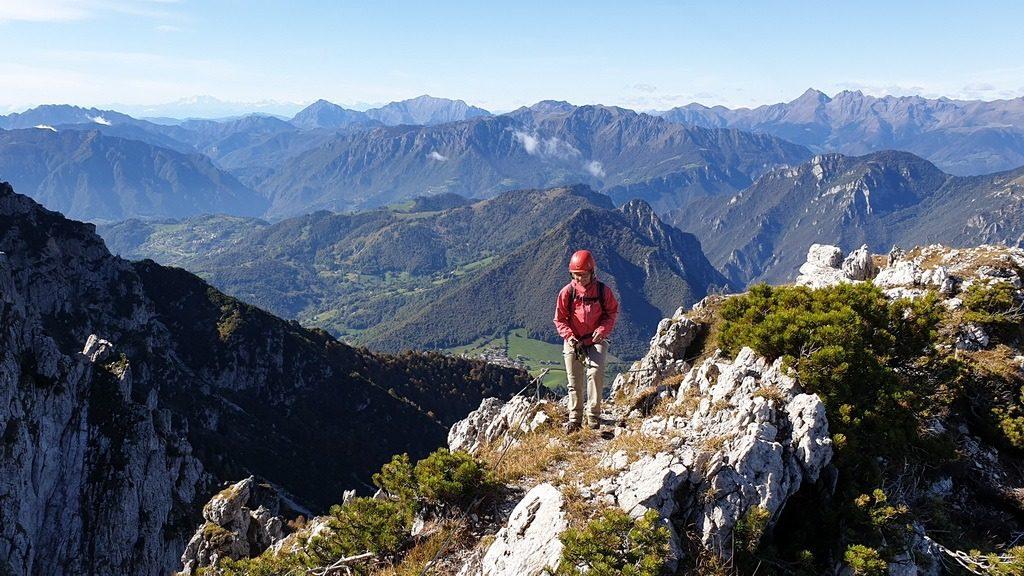Felice auf dem Vorgipfel des Monte Croce all'Alben beim Ausstieg des Klettersteigs. Lombardei-Italien.10.10.2019