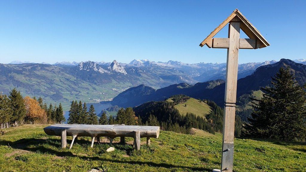Blick von Rigi Burggeist auf den Lauerzersee, die Mythen, den Glärnisch und die Schwyzer Alpen. 26.10.2019